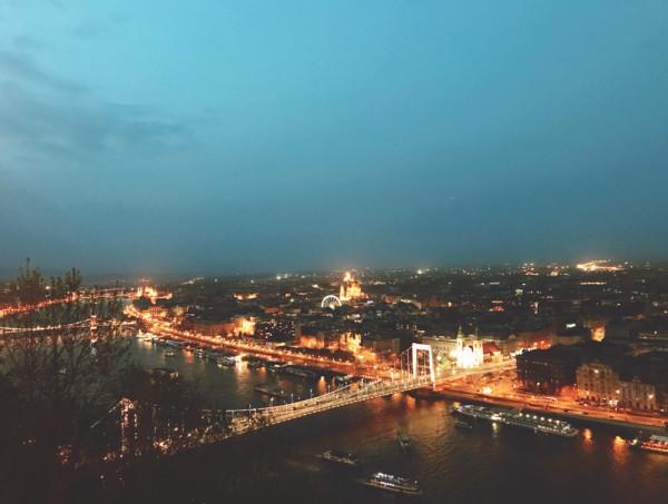 入夜後的布達佩斯,燈光璀燦。