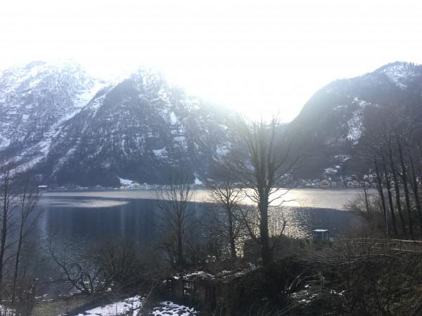 下了火車後,就可以看到這個碧波蕩漾湖泊,湖泊對面就是期待已久的Hallstatt。