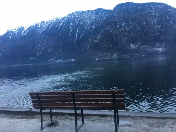 平靜的湖面,清澈的湖水,與這山光水色融為一體,彷彿置身於仙境之中,令人流連忘返。